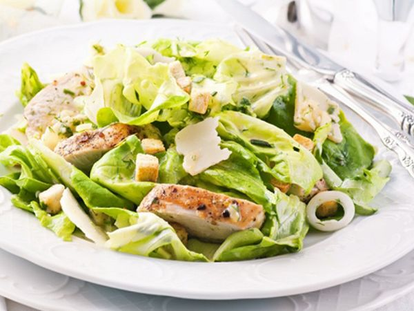 Green salad with chicken breast You can't really cook? Here's some simple salad recipes for this summer