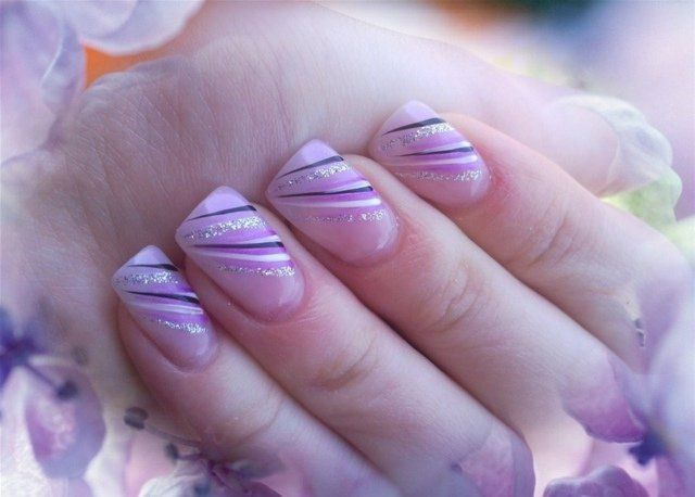 ongles en gel en lilas pâle avec décoration lignes et paillettes