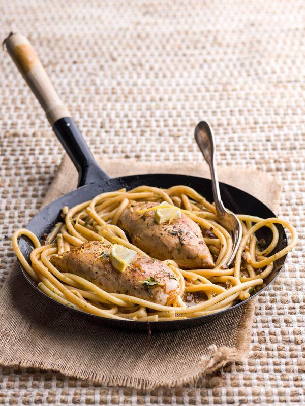 1. Kook de macaroni in ruim water met zout beetgaar zoals aangegeven op de verpakking. Giet af en zet opzij. 2. Schraap de zeste van 1 citroen. Pers de citroenen. Pel de sjalot en look en snipper beide fijn. 3. Kruid de kipfilets met peper en zout. Verhit een el olie en een el boter in een pan.