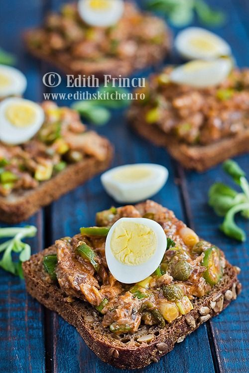 Bruschete cu sardine in sos tomat, pe felii de paine neagra, cu ceapa si capere - o gustare sanatoasa, lejera si rapida.