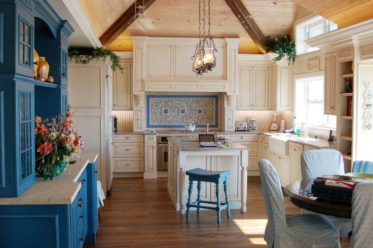 Светлые кухни с патиной: вневременная классика и 85 избранных интерьерных сочетаний http://happymodern.ru/kuxni-klassika-svetlye-s-patinoj-foto/ Гармоничное сочетание мебели белого и синего цвета в интерьере классического стиля
