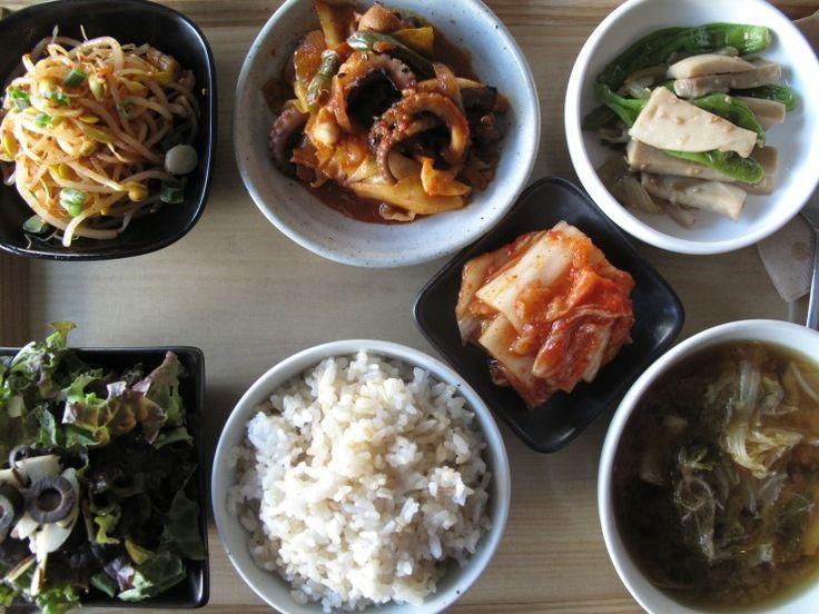 2013년 1월 4일 금요일 그때그때밥상 안녕하세요, 슬로비 밥상입니다. 오늘의 메뉴는 향긋한 냉이 배추 된장국과 낙지볶음, 새송이 꽈리고추 조림, 콩나물 무침, 김치, 현미밥
