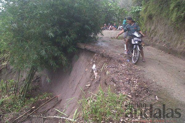 PUTUS - Akibat terjangan hujan deras jalan utama menuju Dusun Pernangenen, Desa Penungkiren, Kecamatan STM Hilir terancam putus, pemerintah ...