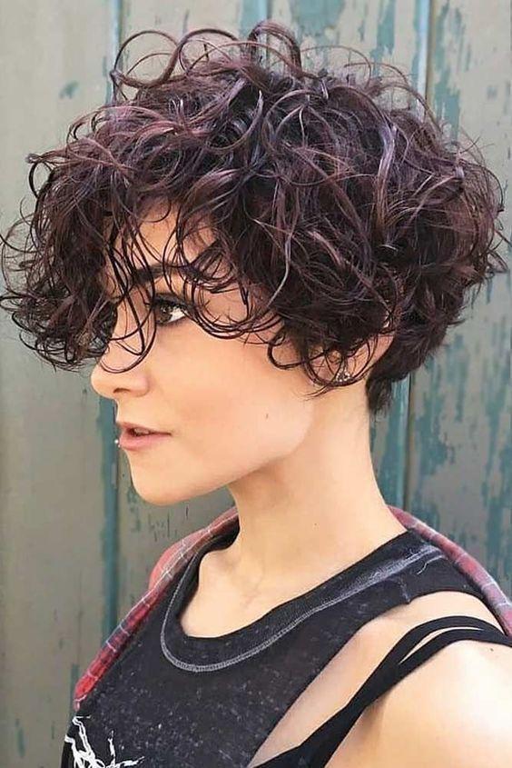 Hör auf zu denken, dass kurze Frisuren für runde Gesichter nicht hübsch aussehen