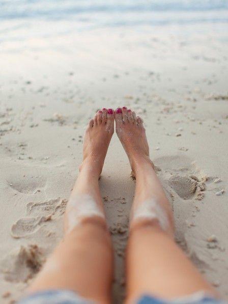 Pediküre ist immer irgendwie nervig. Ewig mit einem Bimsstein auf den Füßen rumzurubbeln, ist aber gar nicht nötig mit diesen 3 Tricks.
