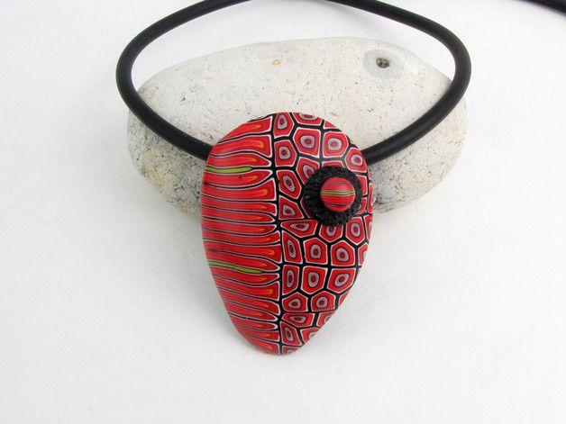 Diese handgefertigte Halskette ist der Hingucker zum Abendkleid geauso wie zum Alltagsdress. Ein großer, aber superleichter Anhänger aus Polymer clay mit filigranen Mustern verziert an einem...