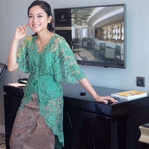 "478 Likes, 6 Comments - The Bride Dept (@thebridedept) on Instagram: ""Inspiration this afternoon comes from @dinavahada!  This batwing kebaya is just perfect for you who…"""