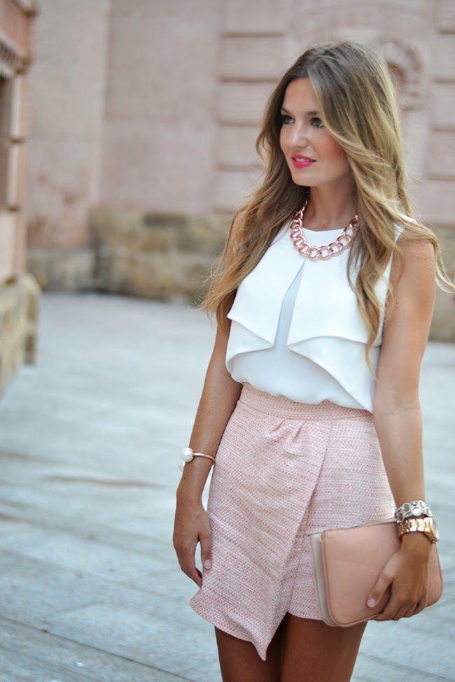 falda asimetrica en rosa  top en blanco - complementos en crema -beige  dorado