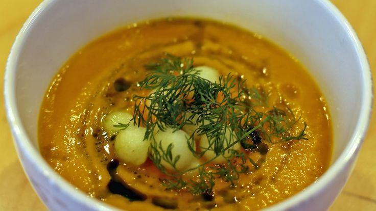 Det er blenderen som får suppen til å bli kremet og fin. Arve Serigstad lager små eplekuler for å få litt å bite i i gulrotsuppen.