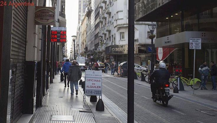 Nacen los 'arbolitos legales': permiten que casas y agencias de cambio puedan vender dólares en la calle
