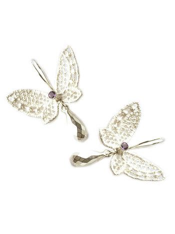 Kanten vlinders Designed by Nadine Kieft Jewelry  Oorhangers van zilveren kanten vlinders. De vlinders zijn van eerste gehalte zilver met amethyst.
