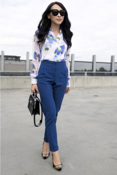 Love the whole outfit, blouse, color and shape of the trousers, flats