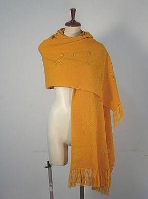 Ein extra großer gelber #Schal mit gesticktem goldfarbenen Blumen Muster. Gestrickt aus einer der besten Wollarten der Welt, #Alpakawolle. Ein wunderschöner eleganter Schal, das passende Accessoire für graue Tage.