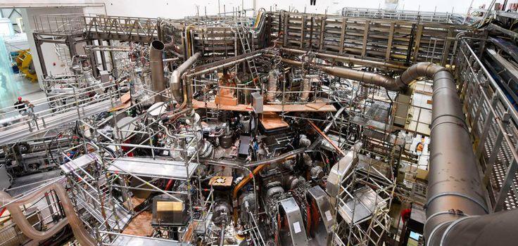 """Das 725 Tonnen schwere, ringförmige Plasmagefäß für das Kernfusionsexperiment """"Wendelstein 7-X"""" im Max-Planck-Institut für Plasmaphysik in Greifswald (Mecklenburg-Vorpommern). Nach einem 15-monatigen Umbau startet die Kernfusionsanlage """"Wendelstein 7-X"""" jetzt in die zweite Experimentierphase."""