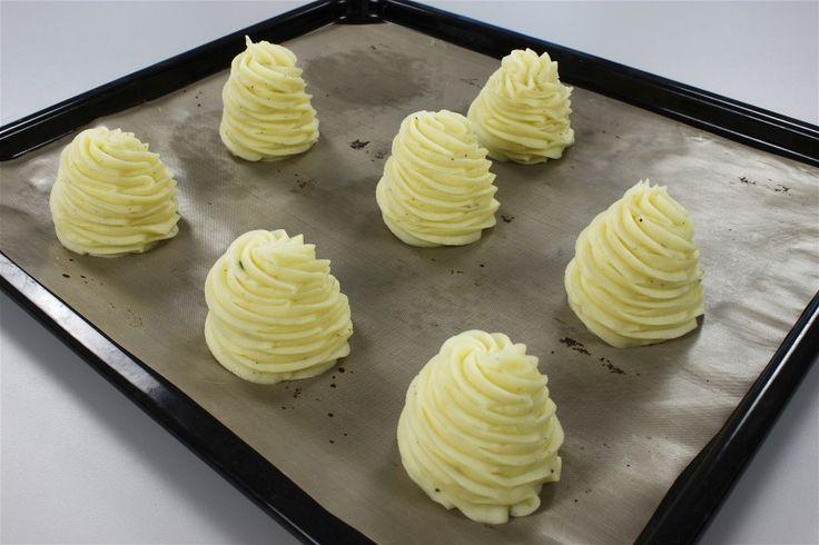 Skær kartoflerne i mindre stykker, og kog dem helt møre i usaltet vand. <BR> <BR> Hæld vandet fra, og blend eller mos dem. Rør smør og æggeblommer i til en ret fast kartoffelmos. Smag til med salt o