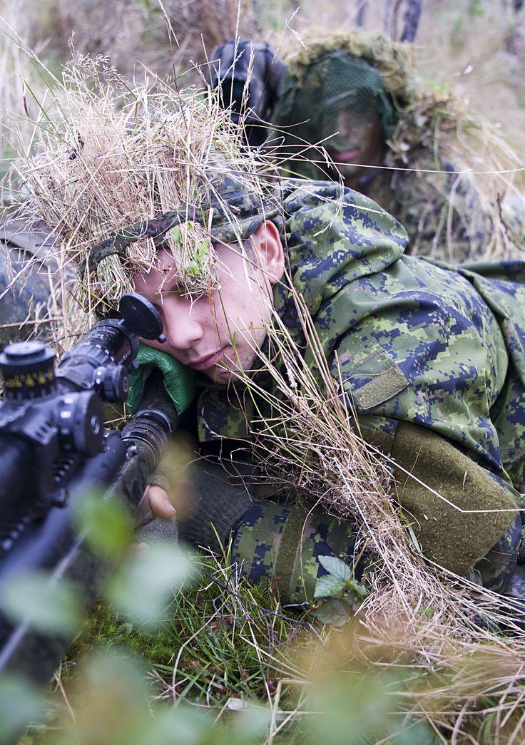 Un tireur d'élite canadien acquiert sa cible avec l'aide de son guetteur lors de l'exercice Tireur Accompli.   Photo : Caporal Jax Kennedy, Caméra de combat des Forces canadiennes, © 2011 DND-MDN Canada   #FortsFièrsPrêts
