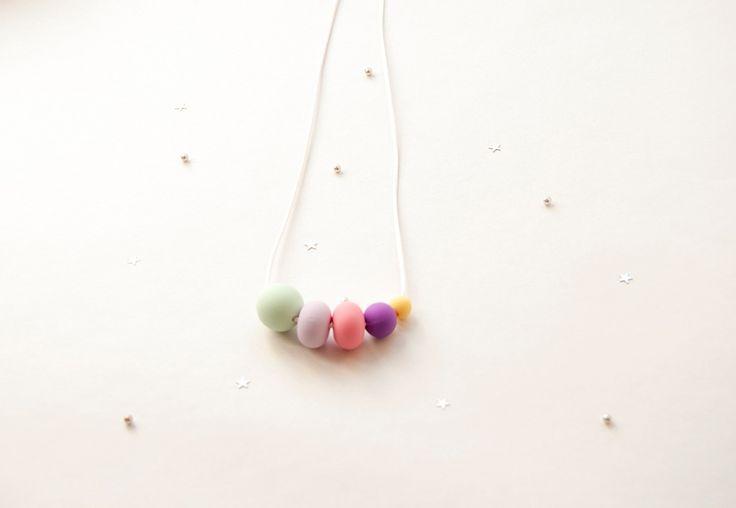 ΗProyecto Mamey σχεδιάζει και παράγει ολα τα προϊόντα τηςστην Ισπανία.  Πρόκειται για μια μικρή ομάδα που παράγειμια καινοτομία για τον χώρο του παιδιού και της μαμάς.  Πρόκειται για τα teething necklaces, τα οποία έρχονται για πρώτη φορά στην Ελλάδα.