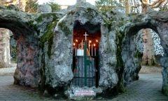 De Lourdesgrot springt bij de meeste bezoekers meteen in het oog. De namaakgrot in de Veldstraat werd op 11 februari 1908 ingewijd door monseigneur Waffelaert, naar aanleiding van de vijftigste verjaardag van de eerste verschijning van Maria in Lourdes. Een bezoek aan de Sint-Antoniuskerk wordt sinds die dag dan ook vaak afgesloten met een bezinnend moment aan de Lourdesgrot, een oase van rust in de bruisende stad