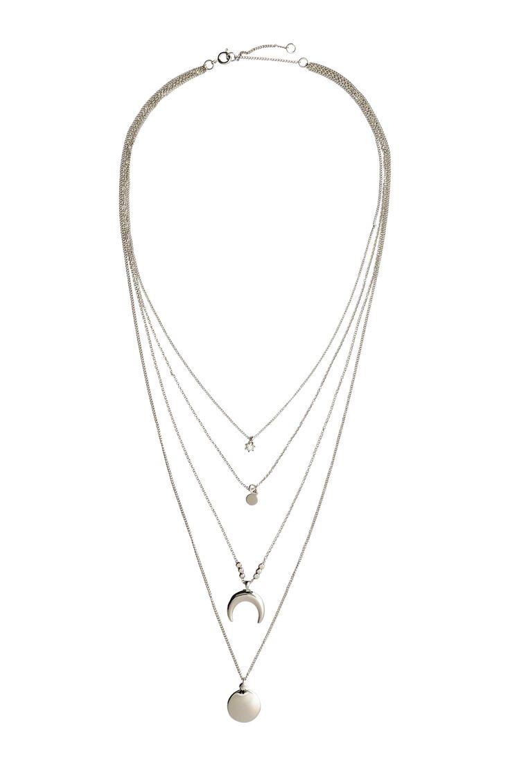 Collier à plusieurs rangs: Collier constitué de plusieurs rangs de fines chaînes en métal avec différents pendentifs. Longueur réglable, 38-45 cm.