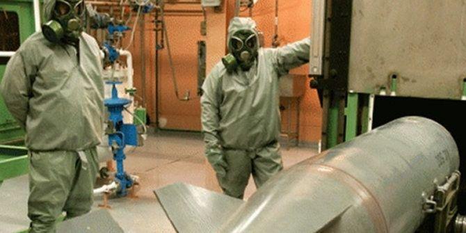Rezim Suriah Terbukti Gunakan Gas Beracun  SALAM-ONLINE: Sebuah penyelidikan internasional menyimpulkan pasukan rezim Suriah bertanggungjawab atas serangan gas beracun yang ketiga. Informasi ini keluar dari sebuah laporan yang disampaikan kepada Dewan Keamanan PBB Jumat waktu AS.  Laporan keempat dari penyelidikan selama 13 bulan oleh PBB dan Organisasi Pelarangan Senjata Kimia (OPCW) yang menjadi lembaga pengawas senjata kimia global menyebutkan pasukan rezim Basyar Asad berada di balik…