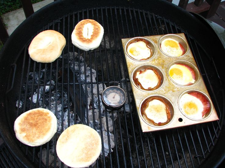 How to make breakfast on the grill, grilled bacon and eggs, smoked bacon