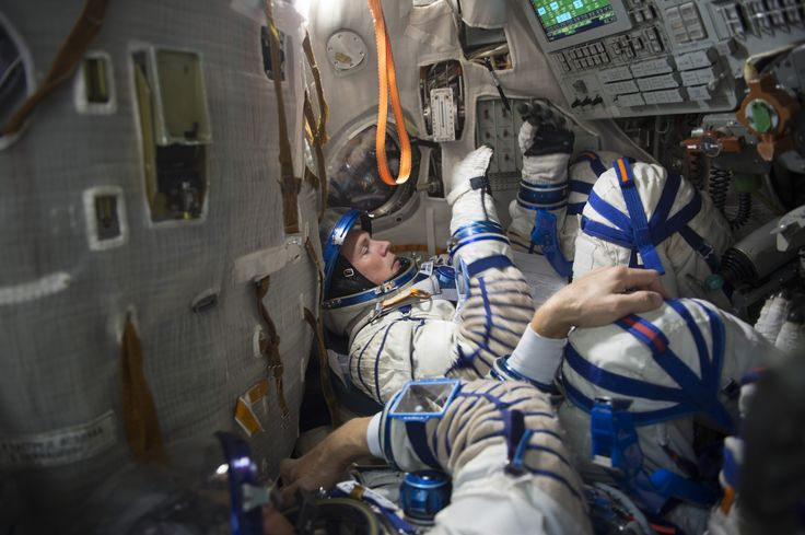 Andreas_during_a_simulation_inside_the_full-scale_mockup_of_the_Soyuz_capsule.jpg (3500×2330)