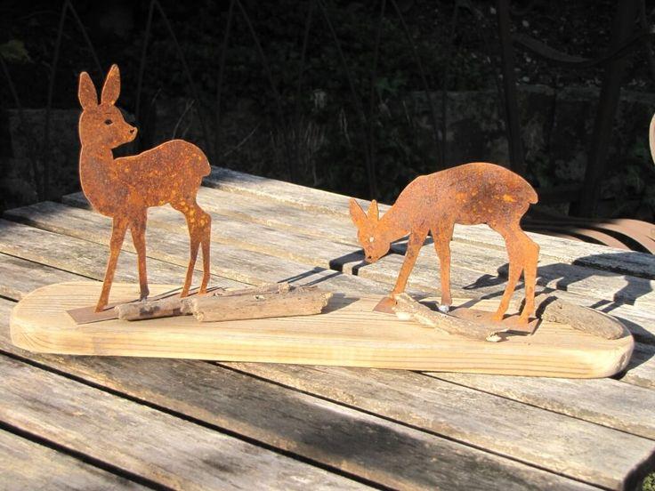 2er Set Edelrost Rehe auf Holzplatte  Zwei kleine Rehe stehen auf einer Holzplatte und bewegen sich durch das Unterholz.  Eines der Rehe beobachtet aufmerksam die Umgebung, das andere Reh frisst währenddessen in aller Ruhe weiter.  Die Rehe sind auf einer kleinen Holzplatte befestigt und stellen eine schöne Dekoration für das ganze Jahr dar.  Unikat aus eigener Herstellung.  Größe:      Höhe: 16 cm     Breite: 37 cm     Tiefe: 8 cm  Preis: 15,- €