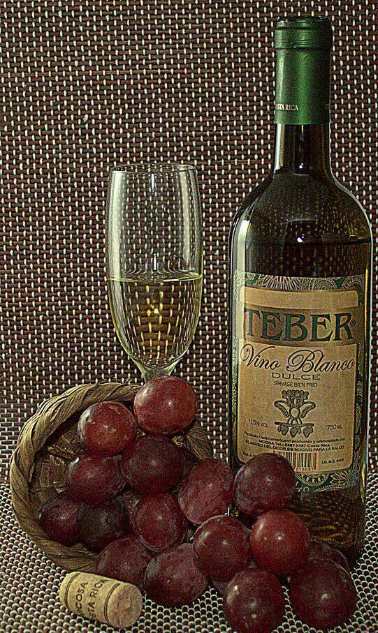 Para degustar mejor el vino, pruebalo en pequeños sorbos. Mueve el vino en tu boca para que tus papilas gustativas absorban su sabor y mantenlo ahí por unos segundos antes de tragarlo.