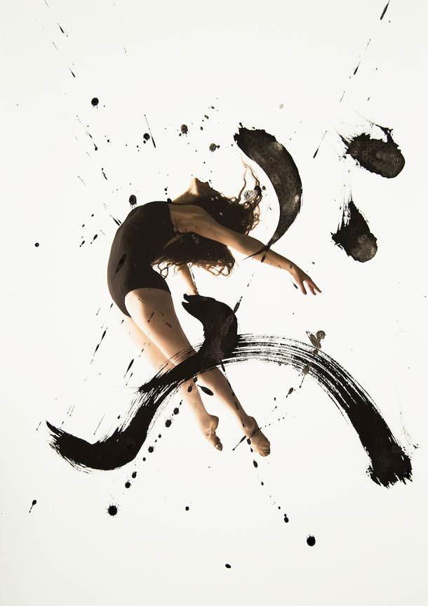 """""""Rurubu"""" est un projet imaginé par le photographe Haley Friesen et l'artiste Nobuhiro Sato. De cette collaboration est née une magnifique série de photographies mêlant danse et calligraphie."""