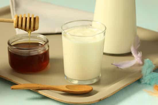 lait chaud pour les maux de gorge avec miel et clous de girofle
