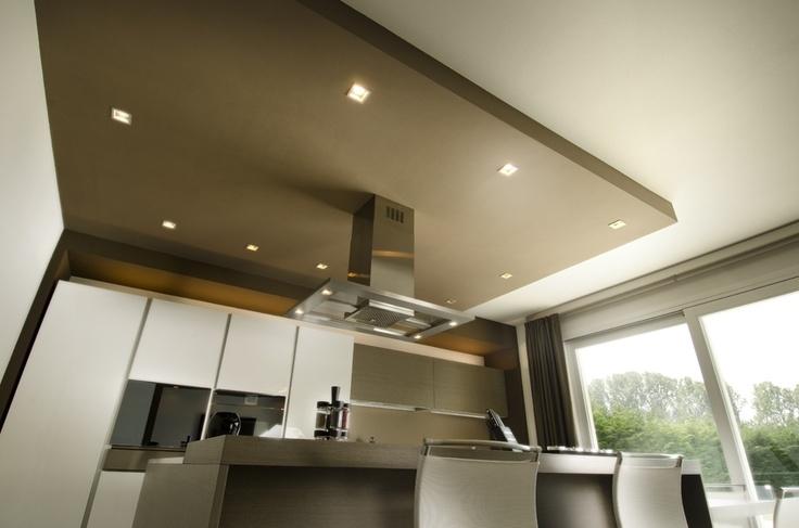 La cucina in stile moderno, illuminata con faretti ad incasso  Villa Privata...