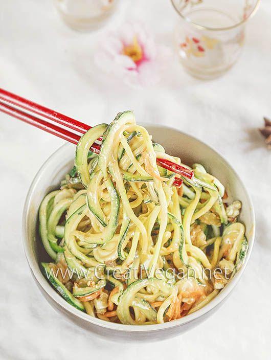 Noodles de calabacín y zanahoria con salsa y nueces #receta vegan