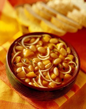 Porotos con Rienda (Chile)- Típicamente este plato, sirvió durante el invierno, incluye espagueti y frijoles se llamaba porotos con riendas.