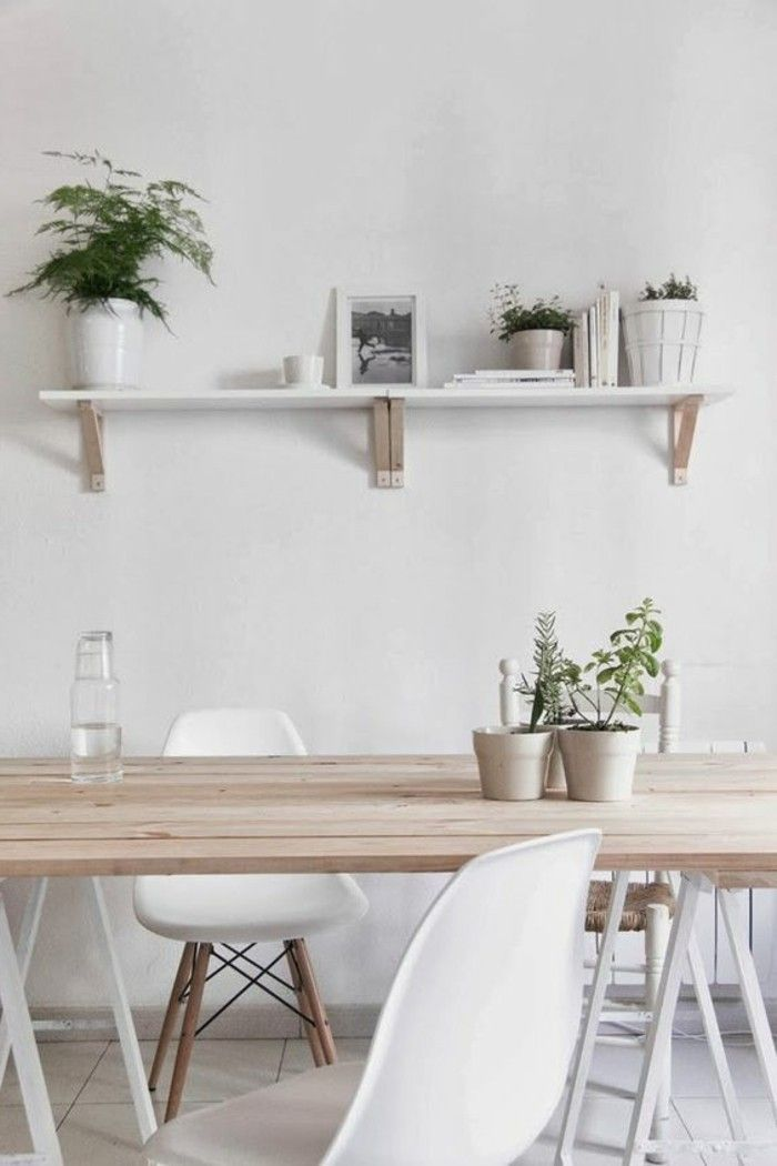 decoration murale avec etagere dans la salle à manger chic, chaises en plastique blanc