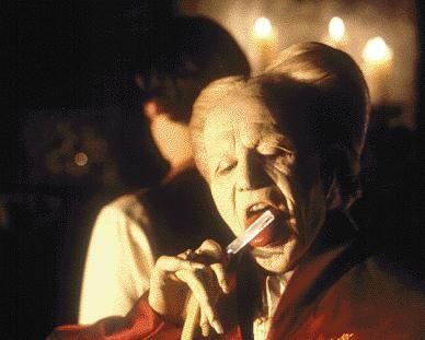 No século XV, um líder e guerreiro dos Cárpatos renega a Igreja quando esta se recusa a enterrar em solo sagrado a mulher que amava. Assim, perambula através dos séculos como um morto-vivo e, ao contratar um advogado, descobre que a noiva deste é a reencarnação da sua amada.  Para saber mais, acesse http://filmow.com/dracula-de-bram-stoker-t4872/ #Dracula #Blood #Halloween #HorrorMovies