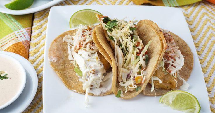 Como fazer tacos de peixe. Ao fazer tacos de peixe em casa, utilize a carne mais fresca e firme que puder encontrar como, por exemplo, de dourado, tilapia ou halibute.