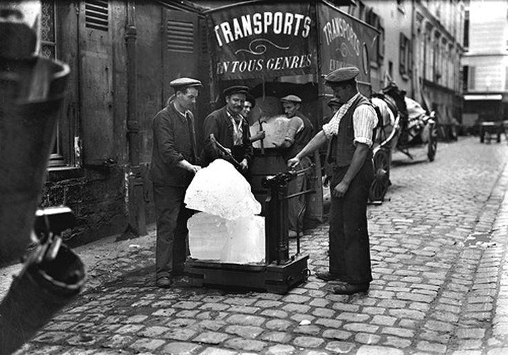 Albert Harlingue - Pesée des pains de glace chez un marchand en gros, Paris, vers 1910.