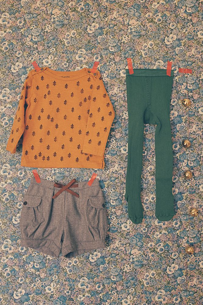 Des collants couleur sapin, un top customisé, un bloomer un peu  chic et de chaudes bottines fourrées. Ce sera la..