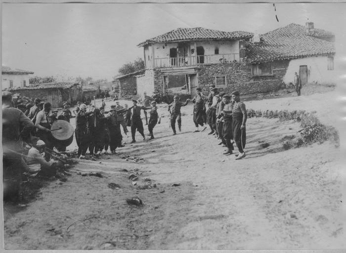 Opérateur K (code armée, photographe. Grèce ; Macédoine centrale ; Thessalonique (supposé) ; Serrès (supposé) ; Likovan (anciennement) ; Xilopouli (actuellement) La 17ème D.I.C. sur la route de Serrès à Salonique (4-7 mai 1916). Fête macédonienne
