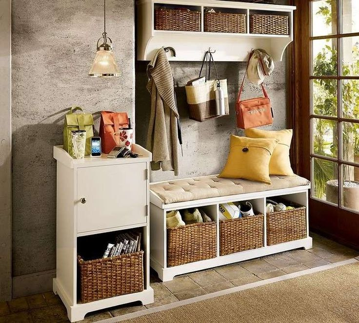 peinture imitation ciment dans l'entrée aménagée avec des meubles blancs et des paniers tressés