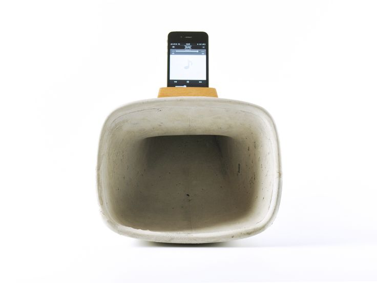 Ein Horn als Schallverstärker für das iPhone. Früher funktionierte so das Grammophon, heute wird durch diesen einfachen Effekt das iPhone zu einer kleinen Musikanlage. Und das ganz ohne Strom. Das Horn ist aus Beton. Die teure Technik kommt natürlich nicht mit dem Beton in Berührung, sondern wird sanft in den Aufsatz gesteckt, welcher aus einem massiven Stück Hartholz gefräst wird. Das ganze ist Handarbeit und jedes Teil wird durch die individuelle Betonstruktur zu einem Unikat.