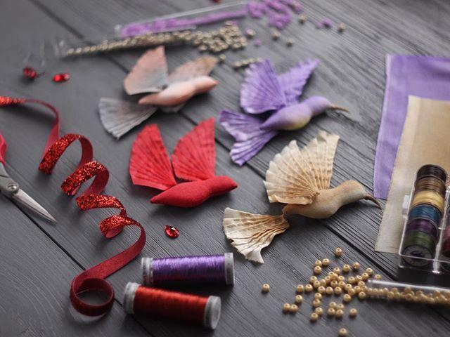 Маленький #спойлер: в начале следующей недели в магазине появится стайка классических колибри  птицеловы, готовьте свои сети и не говорите потом, что вас не предупреждали  #процесс #процессы #волшебство #ручнаяработа #вышивка #handmade #embroidery #embellished #process