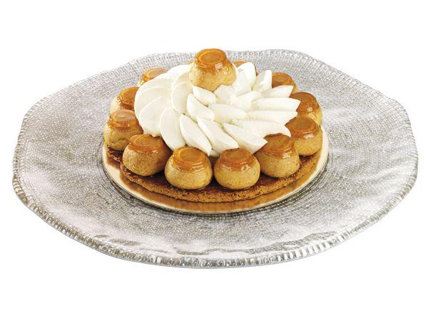 Le Saint-Honoré  Sur un fond de feuilletage des choux caramélisés et garnis de crème à la vanille, décor crème chantilly.  www.stohrer.fr