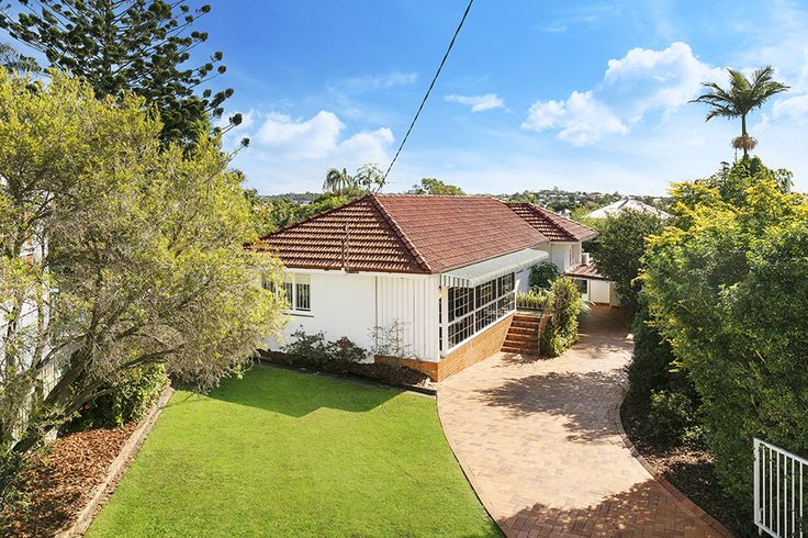 WINDSOR 37 Drury Street... Positioned in a quiet tree-lined cul-de-sac on the side of Windsor Hill is this lowset home on an expansive 860sqm block with the perfect North/East aspect.