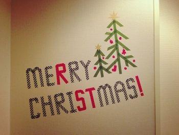 クリスマスのデコレーション。大きなツリーが置けないというお家も、壁にツリーを描けばクリスマスムードが溢れます。