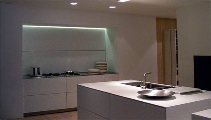 Moderne keuken in corian met ingebouwde keukenkasten in nis en indirecte verlichting keuken - Moderne keuken en woonkamer ...