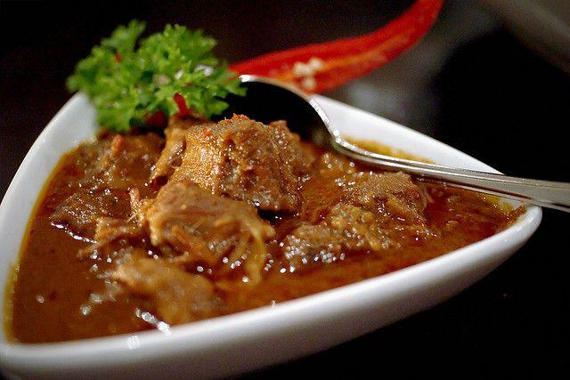 ルンダン インドネシア  薬味・香辛料をつけ煮込んだ肉や少し油であげた肉料理のことを指し、マレー料理とも言われるが、インドネシアではパダン料理の代表料理の一つ。ルンダンにはたくさんの香辛料が使用されており、香辛料王国インドネシアの面目躍如といった肉料理でもある。