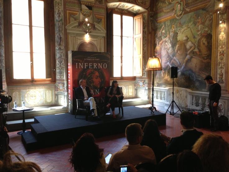 Στην επιβλητική αίθουσα του Palazzo Capponi, ανυπομονώντας να ακούσουμε τον Dan Brown να μας μιλάει για το νέο του βιβλίο. ~ #INFERNO 5/6/2013