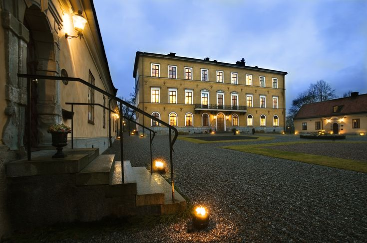 Stockholms nearest castle. Why stay in a ordinary hotel when you can sleep like a princess at Ulfsunda castle?