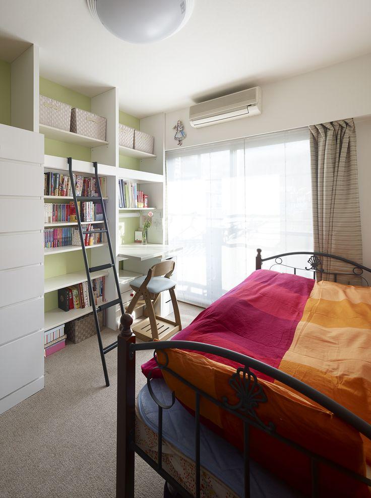 一つのお部屋を二人一緒に使っていた姉妹。リフォームでそれぞれの個室を設けることになりました。お姉さんのお部屋には勉強机付のオープン収納をつくりました。梯子は姉妹で使っていた二段ベットの梯子を再利用。壁紙やファブリックはそれぞれお気に入りのテーマカラーを選びました。読書好きのお姉さんのお部屋は、大好きな色と明るい光に包まれています。